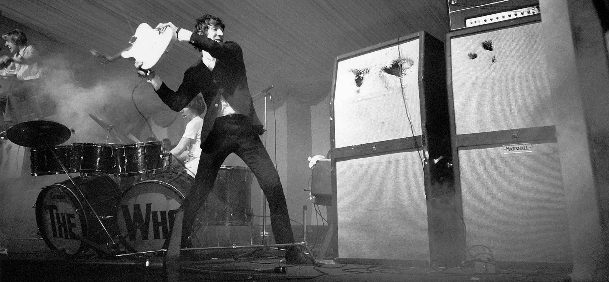 pete-townshend-the-who-smashing-guitar-1940x900_36655